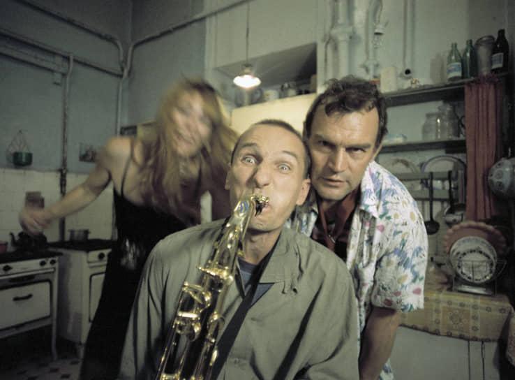 С конца 1980-х Петр Мамонов начал активно сниматься в кино. Одной из самых знаменитых его работ стала роль саксофониста-алкоголика в фильме Павла Лунгина «Такси-блюз» (1990, кадр на фото). Режиссер, специально написавший сценарий под Мамонова, впоследствии говорил: «Он внес дух свободы, он там был такой твердый, как гвоздь. Видно, что это очень слабый человек, ужасно слабый, но в нем есть что-то такое, что не согнешь и не сломаешь». Фильм удостоился награды за лучшую режиссуру на Каннском кинофестивале