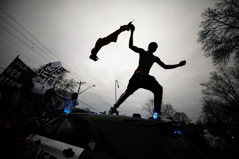 Бруклин-Сентер, США. Мужчина на акции протеста из-за убийства афроамериканца Данте Райте полицейским