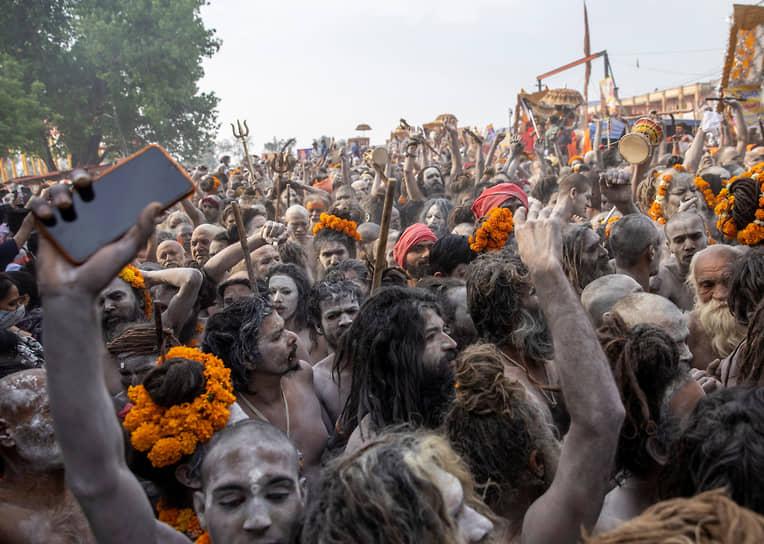 Харидвар, Индия. Индуистские аскеты идут к реке Ганг