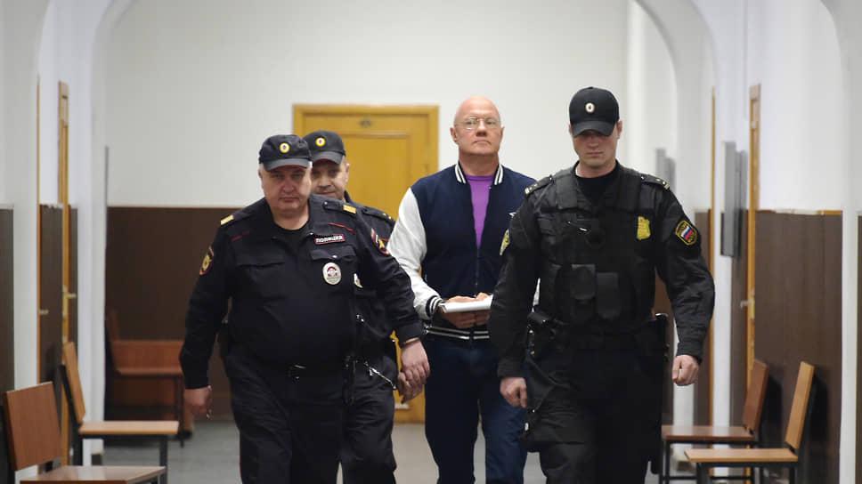 Бывший вице-премьер Крыма Виталий Нахлупин (в центре)