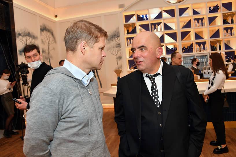 Журналист Александр Баунов (слева) и архитектурный критик Григорий Ревзин во время церемонии открытия кинотеатра «Художественный» и премьеры фильма «Отец» Флориана Зеллера