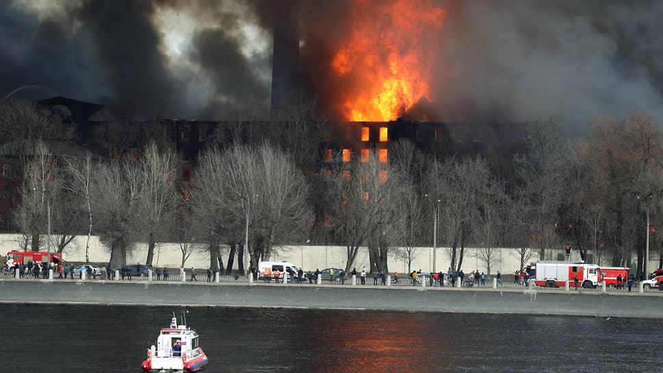 Пожар в здании «Невской мануфактуры» в Санкт-Петербурге