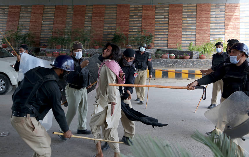 Пешавар, Пакистан. Полицейские бьют сторонника радикальной исламистской партии на акции протеста