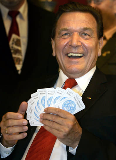 Многие иллюзионисты, позже ставшие известными, начинали с карточных фокусов. Например, Гарри Гудини демонстрировал их с десяти лет <br>На фото: канцлер Германии Герхард Шредер, 2005 год