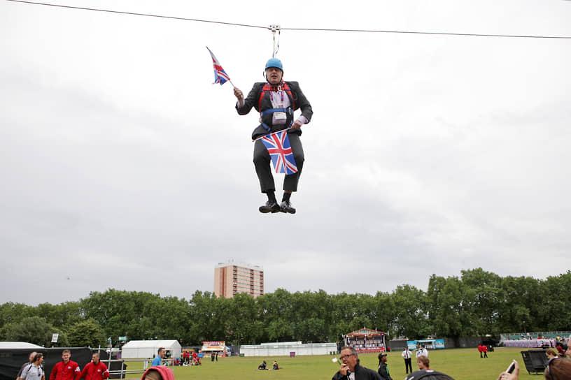 Воздушная гимнастика — это упражнения на аппаратуре, подвешенной высоко над манежем<br> На фото: мэр Лондона Борис Джонсон, 2012 год