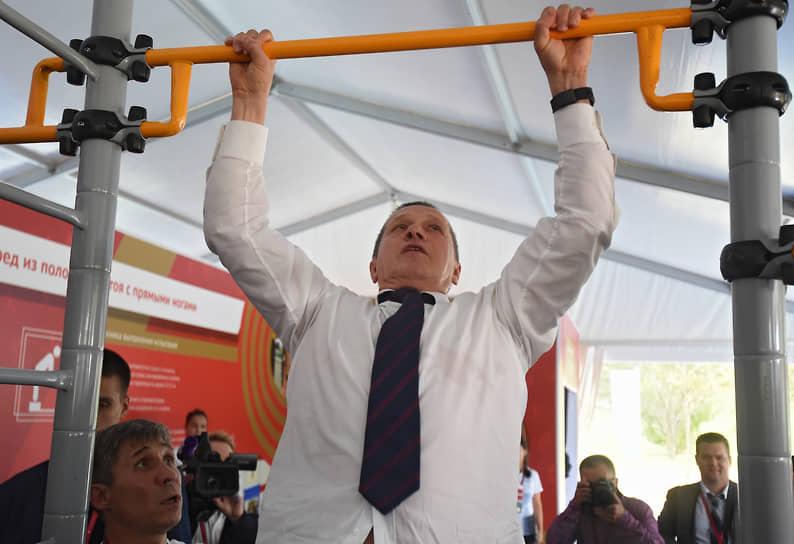 Цирковая гимнастика делится на партерную и воздушную. К партерной относятся следующие виды: на турниках, на кольцах, партерный полет<br> На фото: вице-премьер, полпред президента в Дальневосточном федеральном округе Юрий Трутнев на перекладине, 2017 год