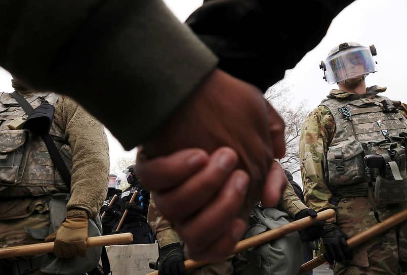Бруклин-Сентер, США. Протестующие перед Национальной гвардией