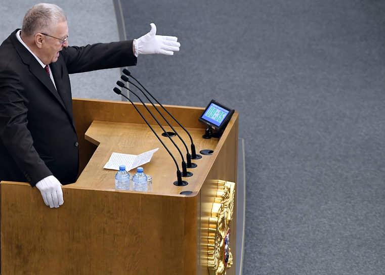 Фокусники используют белые перчатки как часть сценического костюма<br> На фото: лидер ЛДПР Владимир Жириновский, 2020 год