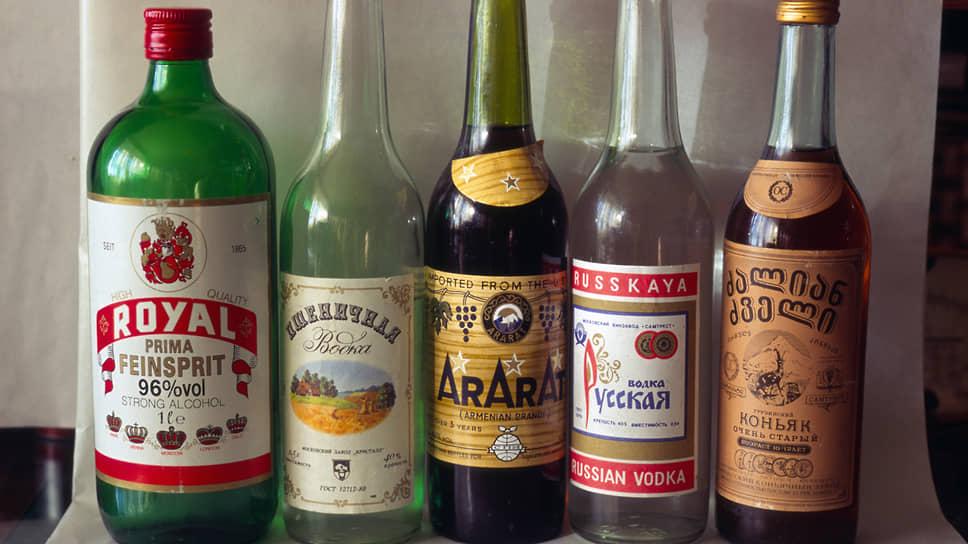 Ассортимент ликеро-водочных магазинов середины 90-х. Слева знаменитый спирт  Роял