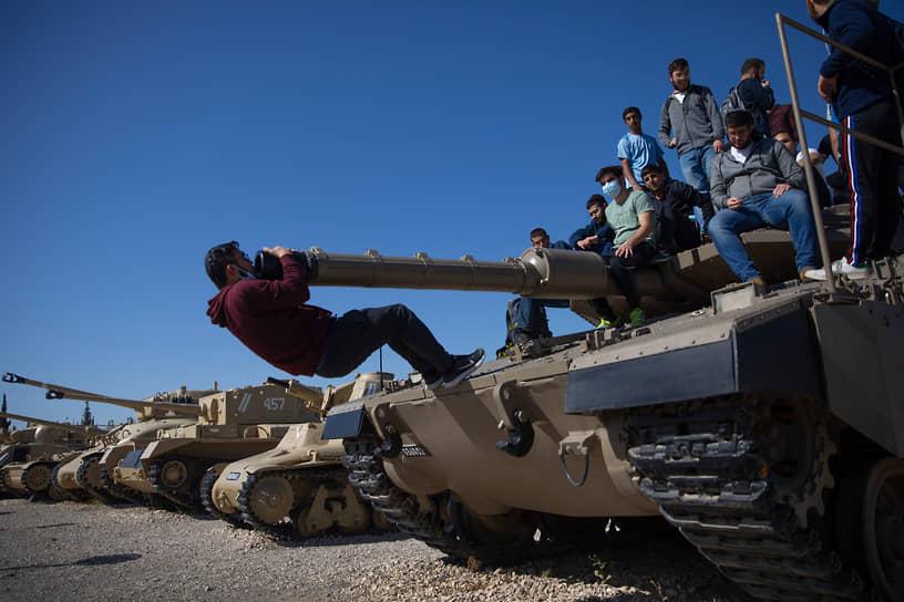Латрун, Израиль. Студенты на танке во время церемонии в День памяти павших в войнах за Израиль и жертв терактов