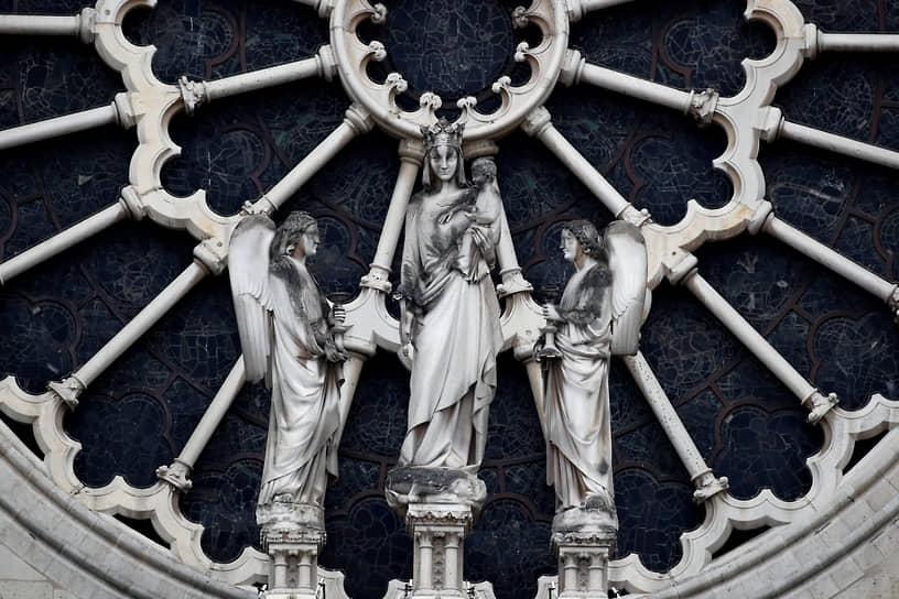 Чтобы остановить разрушение здания, реставраторам пришлось снять статуи с северного, южного и западного фронтонов. С южного и западного углов южной башни, где каменная кладка была сильно повреждена огнем, удалили химер и балюстрады: они могли упасть на сводчатый потолок