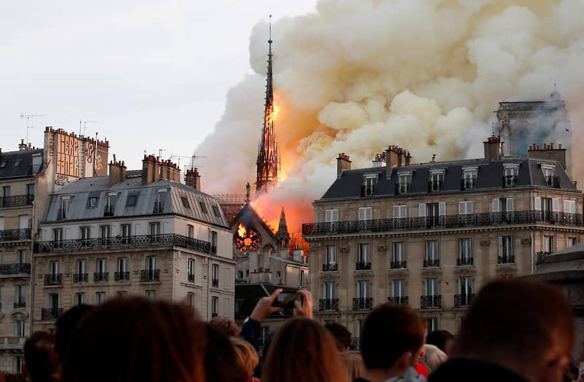 Пожар в апреле 2019 года привел к обрушению и утрате шпиля, часов и оригинальной кровли XII века собора. Каркас здания удалось спасти