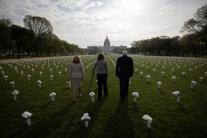 Вашингтон, США. Слева направо: американские политики Люси Макбет, Габриэль Гиффордс и Майк Томпсон на фоне Капитолия