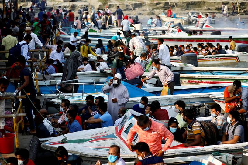 Муншигандж, Бангладеш. Мигранты на лодках в порту