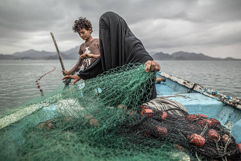 Победителем в серии «Проблемы современности» стал аргентинский фотограф Пабло Тоско, на снимке которого запечатлены йеменцы, зарабатывающие на жизнь рыбной ловлей на фоне гуманитарного кризиса в стране