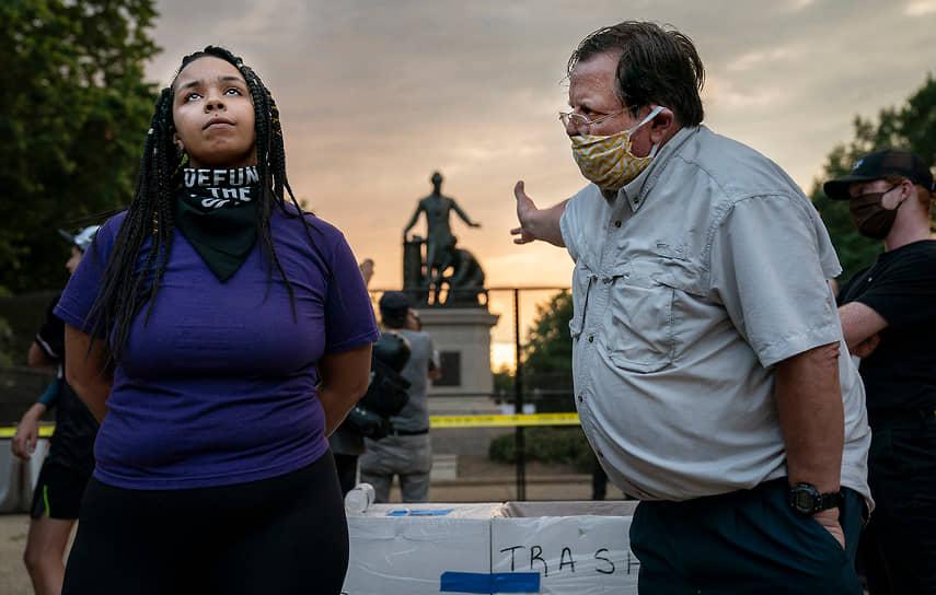 Снимком-победителем в категории «Горячие новости» стала работа Эвелин Хокштейн, на которой изображен спор о сносе мемориала Аврааму Линкольну в Вашингтоне