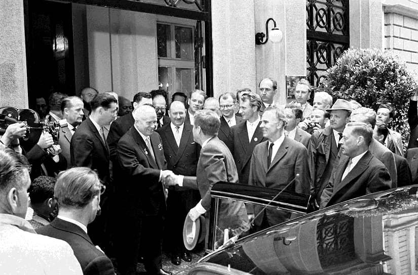 4 июня 1961 года по инициативе советской стороны в Вене прошла встреча Никиты Хрущева и Джона Кеннеди. Хрущев планировал поставить точку в берлинском вопросе, однако Кеннеди предпочитал сохранить статус-кво. Обсуждение достигло кульминации, когда Никита Хрущев усмотрел в реплике Кеннеди намек на возможность начала войны из-за Берлина. Он ответил, что СССР не начнет войну, и что «если вы развяжете войну из-за Берлина, то уж лучше пусть сейчас будет война, чем потом, когда появятся еще более страшные виды оружия». Лидеры двух стран не подписали по итогам встречи никаких публичных документов. Через два месяца в столице Германии была возведена Берлинская стена