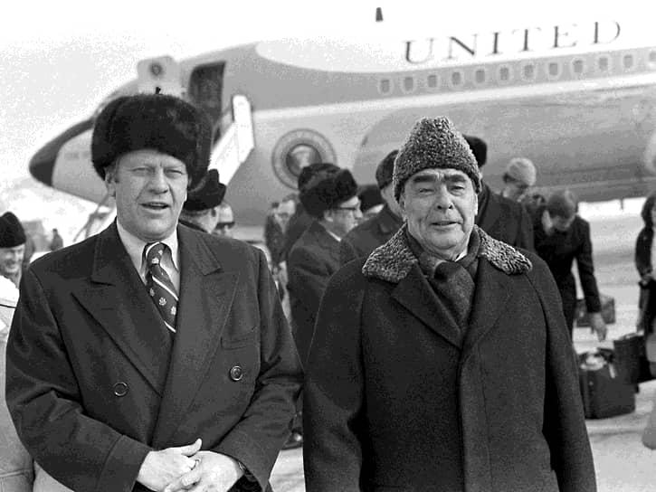 «Разрядка» продолжилась и после Никсона, при президенте Джеральде Форде. Вскоре после вступления в должность, в ноябре 1974 года Форд посетил с визитом Владивосток, где подписал с Брежневым соглашение об ограничении носителей стратегического ядерного оружия. В ходе встречи президент США подарил генеральному секретарю ЦК КПСС шубу из аляскинского волка