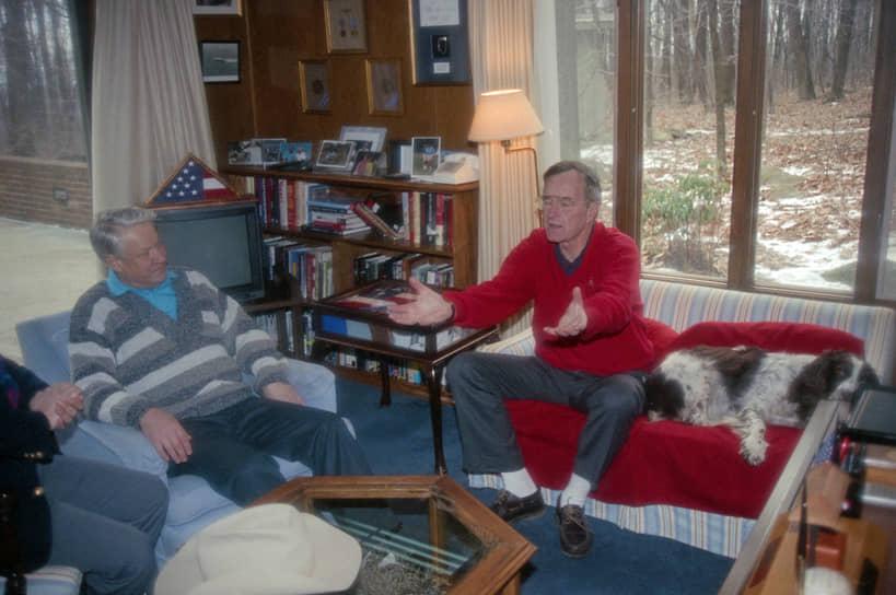 В июне 1991 года Буш-старший принял в Вашингтоне избранного президента РСФСР Бориса Ельцина. Встреча состоялась за два месяца до августовского путча. 26 декабря 1991 года Советский Союз прекратил свое существование. В начале 1992 года Ельцин вновь приехал в США, уже в статусе президента России. 1 февраля в совместной декларации лидеры обеих стран поставили символическую точку в Холодной войне. В январе 1993 года Буш посетил Москву с ответным визитом