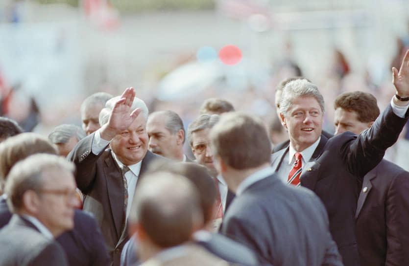 """В 1993 году пост президента США занял Билл Клинтон. Его первая встреча с Ельциным состоялась в апреле того же года в Ванкувере. В принятой по итогам встречи декларации президенты заявили о приверженности эффективному российско-американскому партнерству, был согласован пакет двусторонних экономических программ. С первой же встречи между Клинтоном и Ельциным сложились теплые отношения. Президенты называли друг друга «друг Борис» и «друг Билл». Впоследствии, вспоминая этот период, Клинтон в своих мемуарах «Моя жизнь» писал: «Он (Ельцин — """"Ъ"""") мне понравился. Это был большой медведь, полный противоречий. России повезло, что он встал к штурвалу». Всего Ельцин и Клинтон встречались 17 раз"""