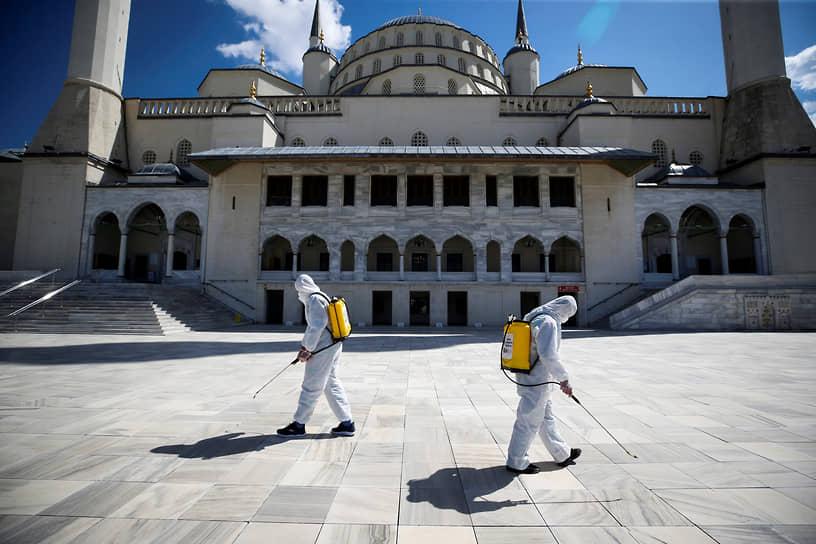 Анкара, Турция. Дезинфекция площади перед мечетью