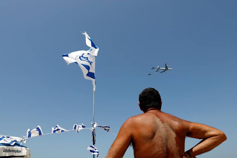 Тель-Авив, Израиль. Мужчина наблюдает за авиашоу в честь Дня независимости
