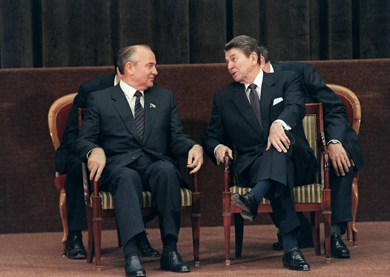 В первые годы афганской войны отношения двух стран сильно ухудшились. В 1981 году к власти в США пришел Рональд Рейган, выбравший жесткий антисоветский курс во внешней политике и объявивший СССР «империей зла». Ситуация стала меняться в 1985 году, после прихода к власти в СССР Михаила Горбачева. Первая за шесть лет встреча лидеров двух стран состоялась в ноябре того же года в Женеве и завершилась подписанием «Декларации о недопустимости ядерной войны». Через два года, в ходе официального визита советского лидера в США, был подписан первый между США и СССР договор о сокращении вооружений (РСМД). Спустя несколько месяцев Рейган совершил ответный визит в Москву