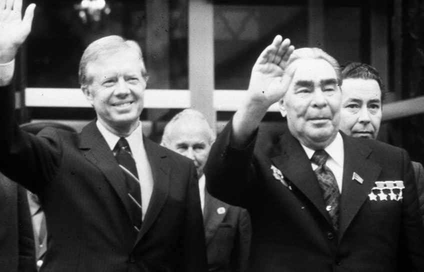 Пик «разрядки» пришелся на конец 1970-х годов. Поводом для нового ухудшения отношений между двумя странами стал ввод советских войск в Афганистан в декабре 1979 года. За полгода до этого Брежнев успел лично встретиться с президентом США Джимми Картером. На их встрече в Вене были подписаны соглашения по ограничению количества пусковых установок (ОСВ-2) и размещению ядерного оружия в космосе