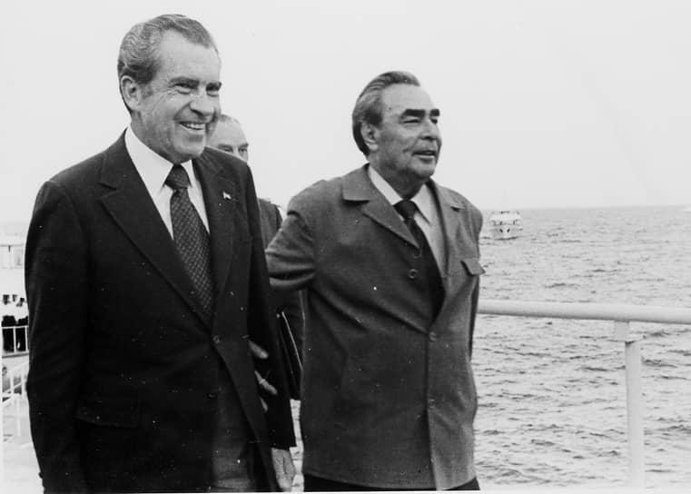 Следующая встреча руководителей СССР и США состоялась более 10 лет спустя. К концу 1960-х годов отношения между державами начали постепенно налаживаться — этот период в истории получил название «разрядка». В мае 1972 года президент США Ричард Никсон совершил первый в истории визит в СССР. Было подписано несколько важных документов, в том числе договор об ограничении стратегических наступательных вооружений (ОСВ-1) и документ «Основы взаимоотношений между СССР и США». После саммита Брежнев резюмировал, что «с Никсоном можно иметь дело», а президент США сказал об установившихся «личных отношениях». Как утверждалось в те годы, визит знаменовал собой переход от эры конфронтации к эре переговоров