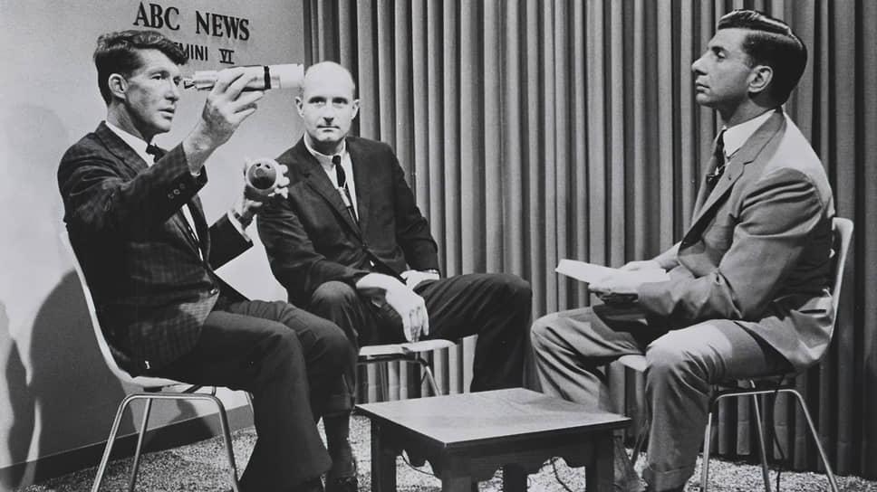 Уолтер Ширра (слева) и Томас Стаффорд (в центре) первыми в истории исполнили музыку в космосе, а Ширра также стал первым астронавтом, сообщившим в центр управления полетами о НЛО