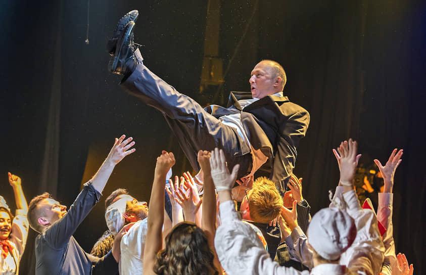 Санкт-Петербург. Художественный руководитель Театра эстрады Юрий Гальцев с артистами отмечает свой 60-летний юбилей