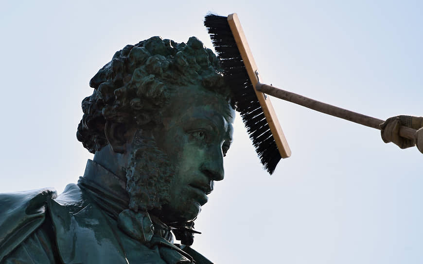 Сезонная профилактическая чистка памятника поэту Александру Пушкину на Пушкинской площади