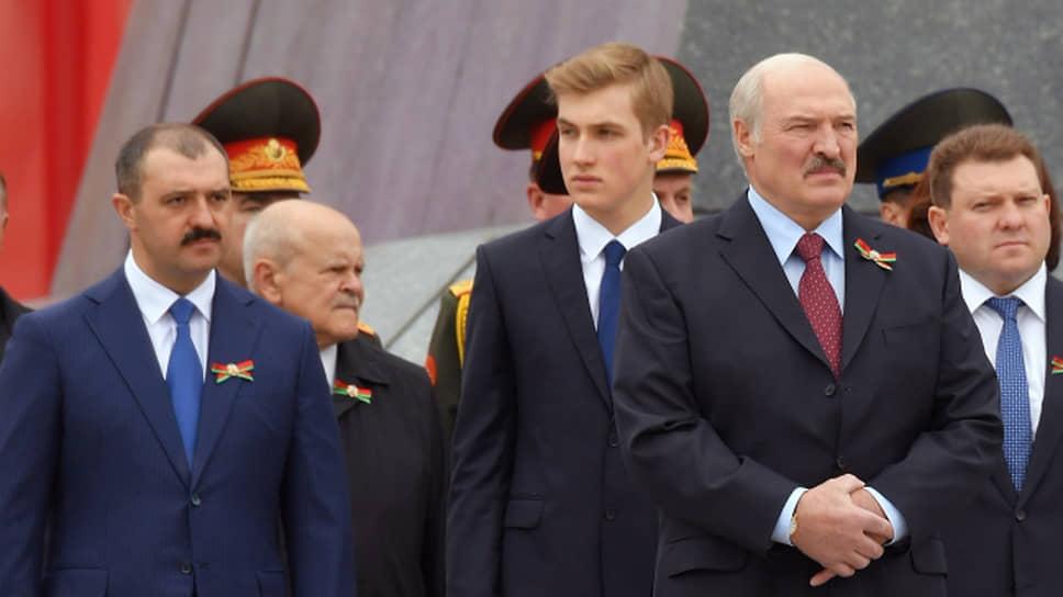 Слева направо: старший сын президента Белоруссии Виктор Лукашенко, младший сын президента Николай Лукашенко, президент Белоруссии Александр Лукашенко