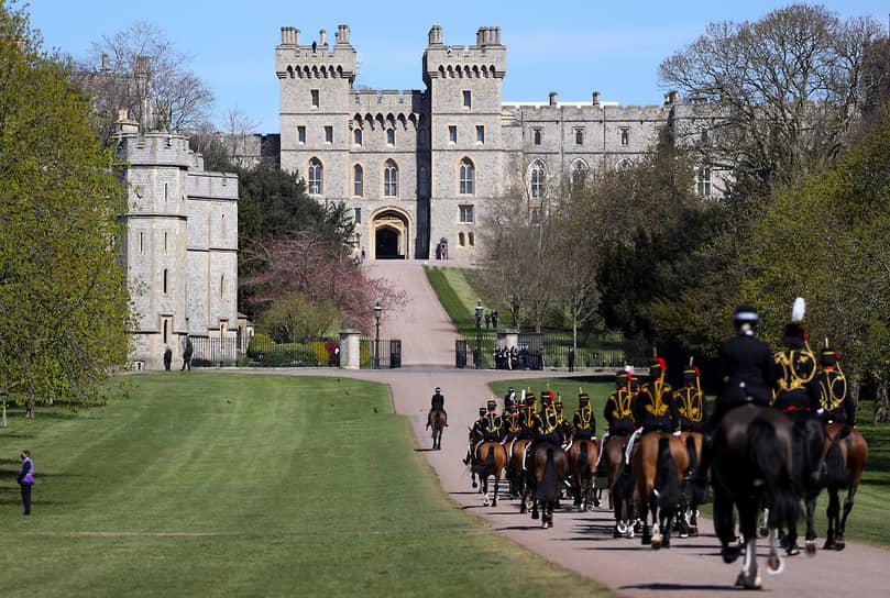 Гроб с телом принца провезли по территории Виндзорского замка с почетным караулом в сопровождении родных и военнослужащих. Королева не участвовала в пешей процессии