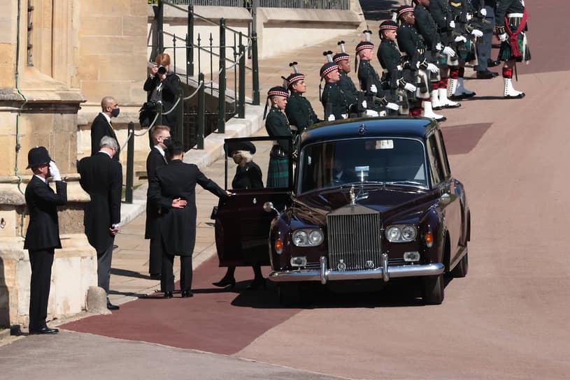 На траурной церемонии в часовне присутствовали тридцать членов королевской семьи (включая принца Гарри, но без Меган Маркл)  <br>На фото: супруга принца Чарльза, герцогиня Корнуолльская Камилла