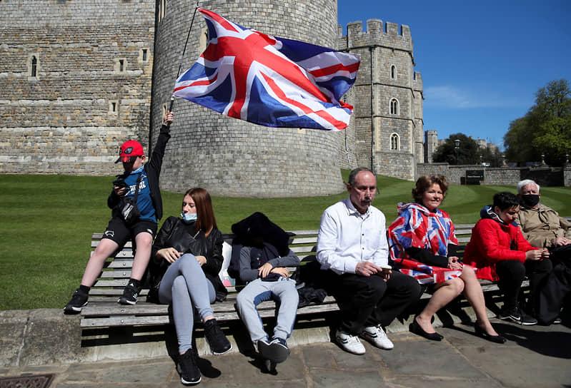 Несмотря на просьбы дворца к публике не собираться из-за коронавирусных ограничений, сотни человек пришли почтить память герцога Эдинбургского в Виндзорский парк