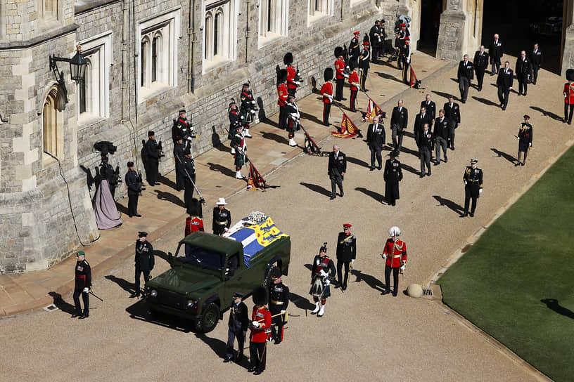 Гроб принца обернули в его личный штандарт, каждый элемент которого символизировал различные стороны жизни усопшего. Сверху лежала его сабля и флотская фуражка