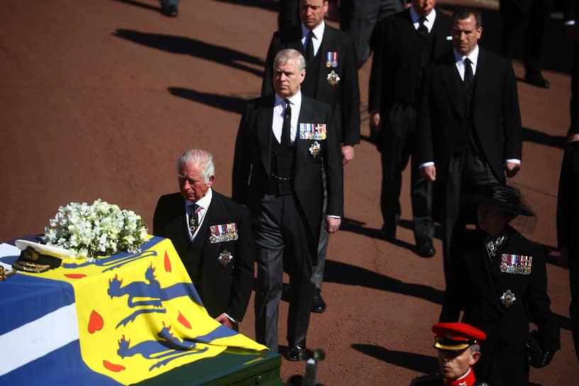 Дети принца Филиппа расположились в пешей процессии по старшинству: принц Чарльз и Анна впереди, Эндрю и Эдвард — за ними