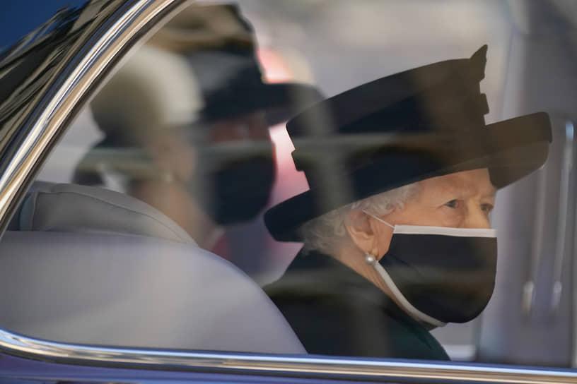 Все гости церемонии, включая королеву, обязаны были использовать медицинские маски