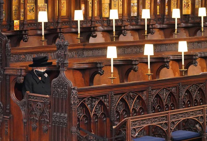 Герцог Эдинбургский был похоронен в королевском склепе часовни Святого Георгия. Поставленный на мраморную плиту гроб опустили в склеп с помощью электродвигателя. Провожая его, декан Виндзора сказал: «Отправляйся в путь из этого мира, о христианская душа»