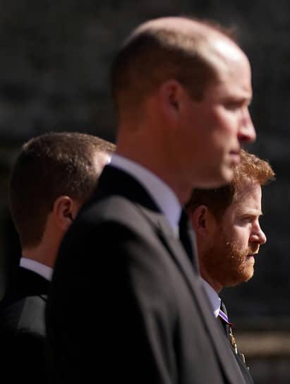 В третьем ряду во время процессии шли принцы Уильям и Гарри — сыновья принца Чарльза, между ними — их двоюродный брат Питер Филлипс, сын принцессы Анны