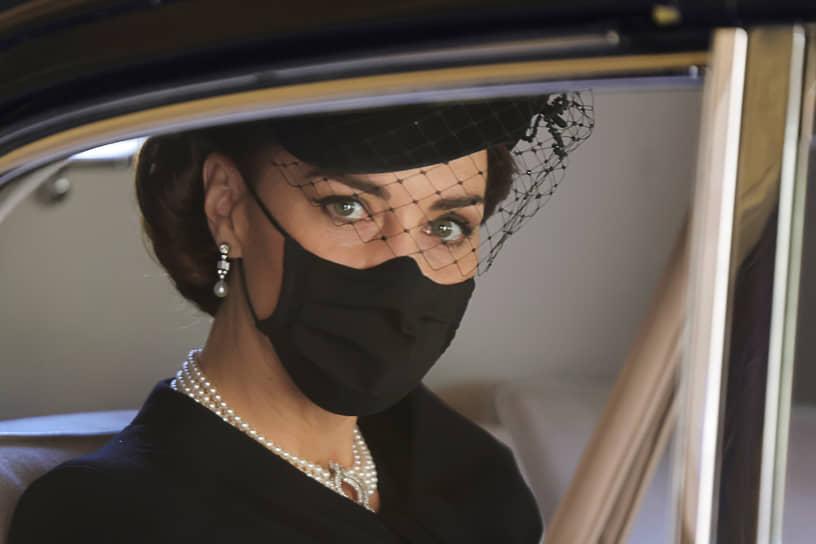 Герцог и герцогиня Кембриджские также прибыли на похороны. Кейт Миддлтон надела черную шляпку с вуалью, черную маску и жемчужное колье. В 1982 году принцесса Диана надевала это колье на государственный банкет