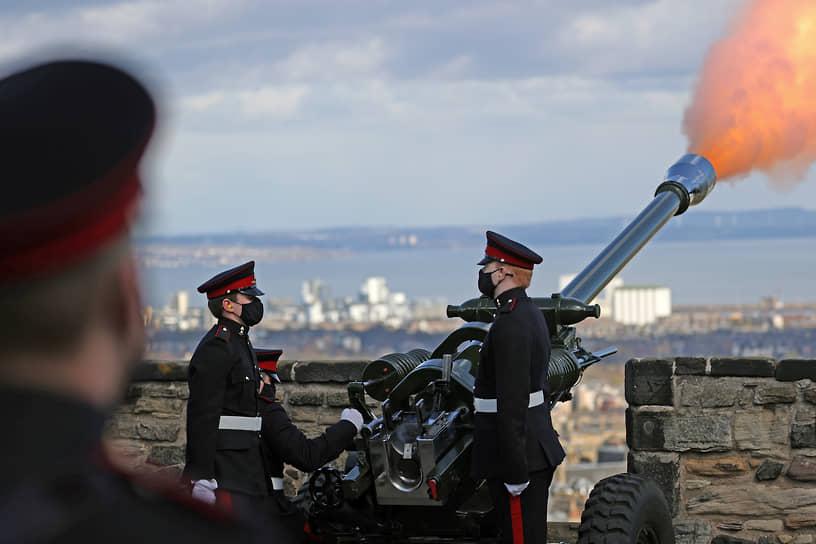 Отряд Его Величества королевской конной артиллерии выдал два залпа из пушек Виндзорского замка, которые ознаменовали начало и конец национальной минуты молчания