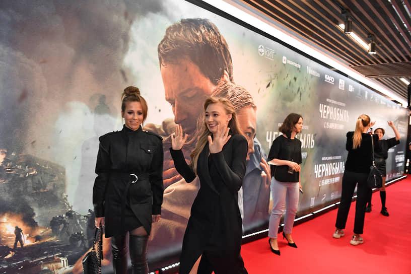 Телеведущая Юлия Барановская (слева) и актриса Оксана Акиньшина на премьере фильма «Чернобыль»
