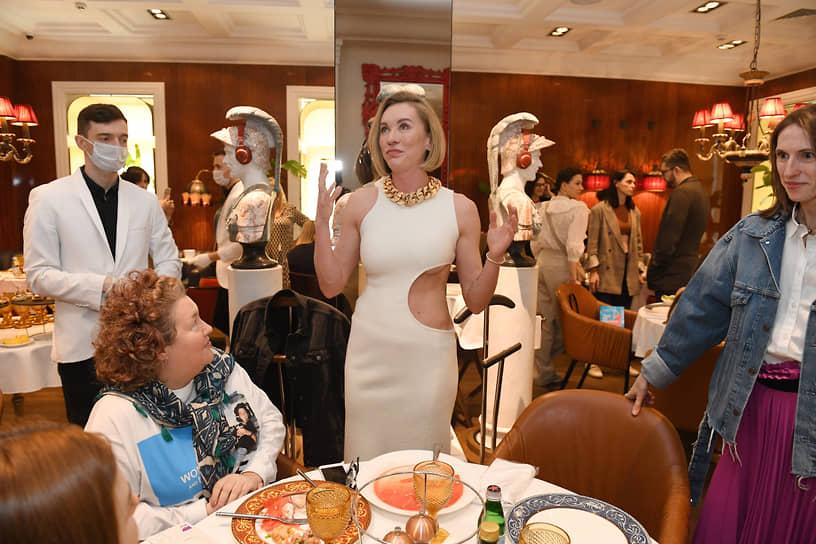 Instagram-блогер Наташа Давыдова (в центре) во время завтрака в честь презентации своей книги «Гид по счастью» в ресторане Rossini