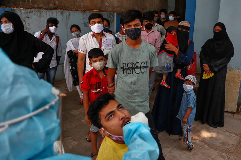 Хайдарабад, Индия. Медработник берет мазок для теста на коронавирус