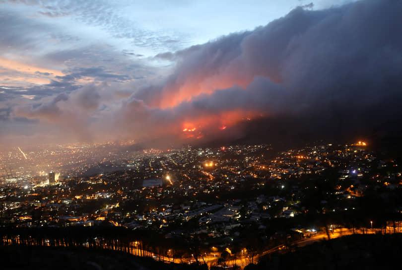 Кейптаун, ЮАР. Природный пожар у подножия горы