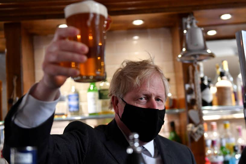 Вулверхемптон, Великобритания. Премьер-министр Борис Джонсон с пивом во время посещения паба