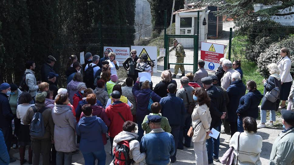 Крымчане протестуют против строительства лагеря и уничтожения реликтовых деревьев