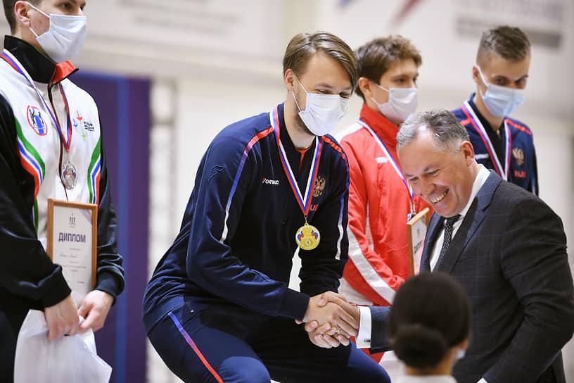 Президент Олимпийского комитета Станислав Поздняков (справа) и фехтовальщик Константин Лоханов (в центре) во время церемонии награждения